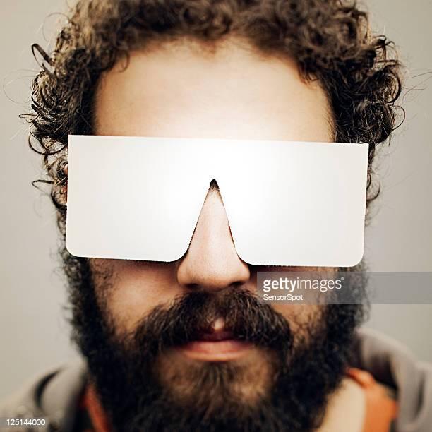 Mann mit Zeitung-Sonnenbrille