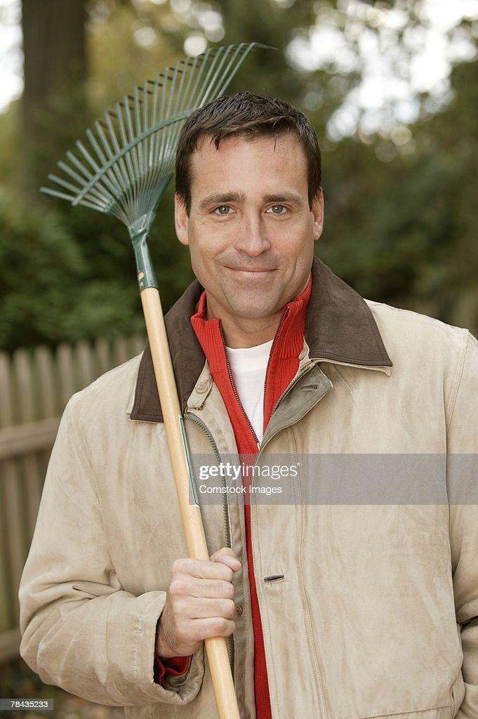 Man with rake : Stockfoto