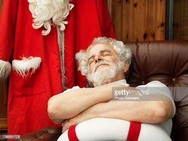 Mann mit Weihnachtsmann Anzug schlummern