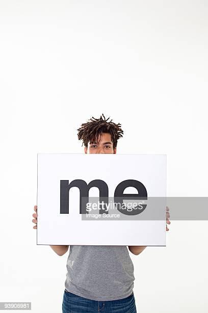 Hombre con cartel que dice que me