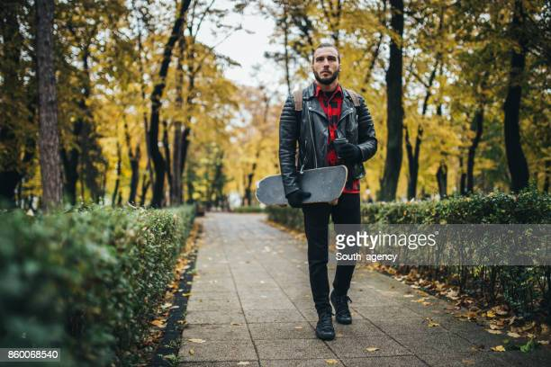 Man met skateboard in park