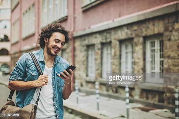 Homem com smartphone na rua