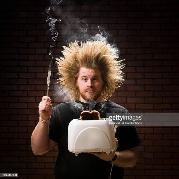 Mann mit einem Raucher toaster