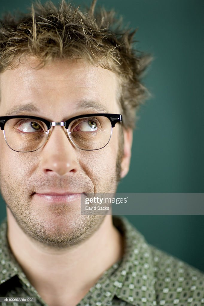 Man with spiky hair, looking up, close-up : Stockfoto