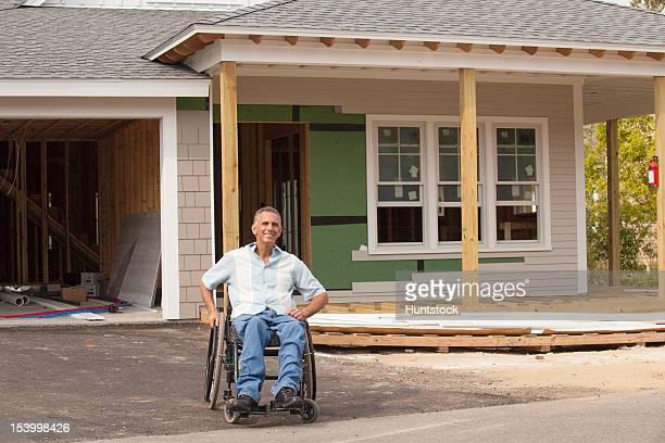 hombre con la médula espinal lesión en una silla de ruedas en su - quadriplegic fotografías e imágenes de stock