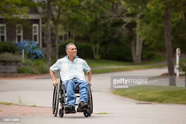 hombre con la médula espinal lesión en un cruce de ruedas - quadriplegic fotografías e imágenes de stock