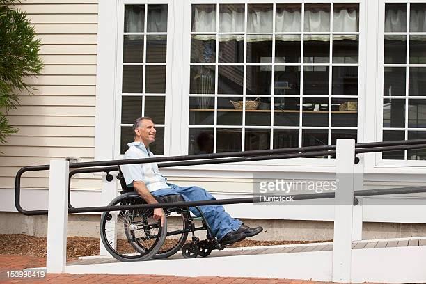Homem com lesão da medula espinhal em uma cadeira de rodas com