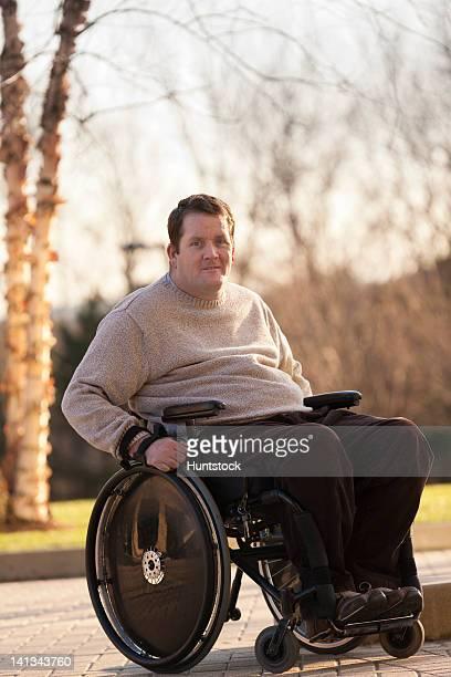 hombre con una lesión medular walkw con acceso para silla de ruedas, accesible para personas con discapacidades - quadriplegic fotografías e imágenes de stock