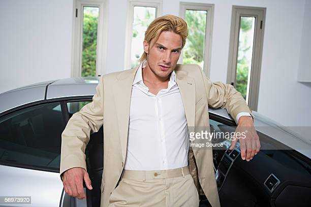 Mann mit sports car