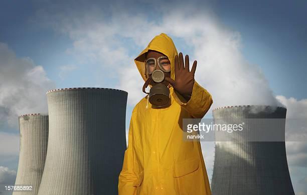 男性、「停止」のジェスチャーの前に原子炉