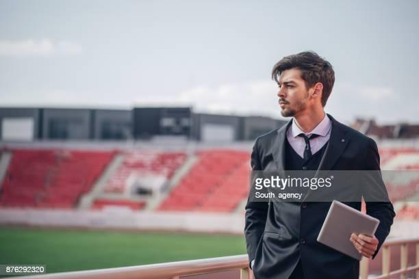 homme avec tablette sur le stade - club de football photos et images de collection