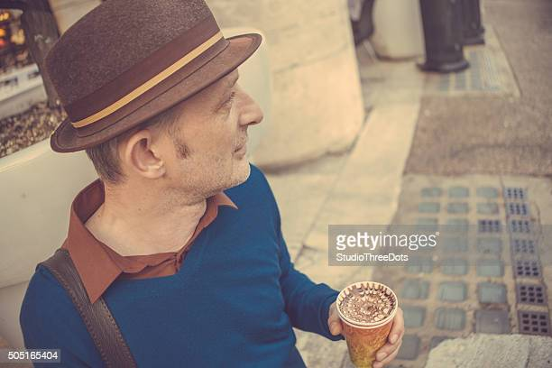 Hombre con llevar café