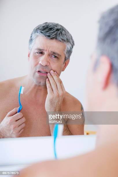 man with toothache   - gingivitis stockfoto's en -beelden