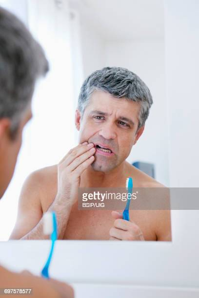 man with toothache   - gingivitis - fotografias e filmes do acervo
