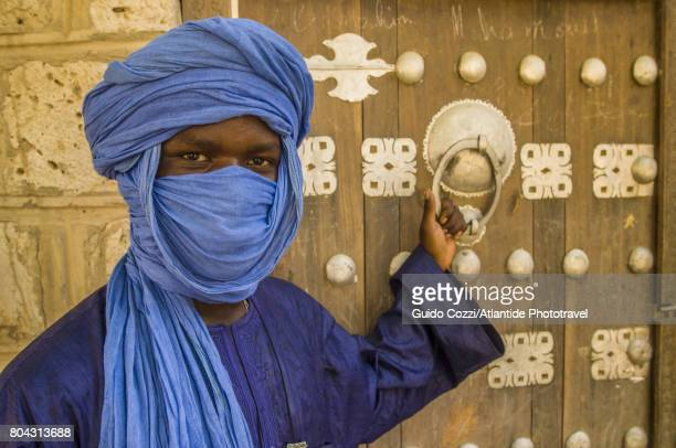man with traditional clothing - touareg photos et images de collection