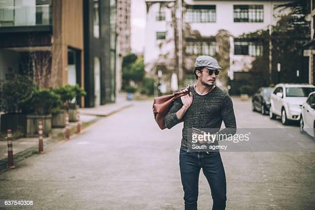 Hombre con bolsa de viaje
