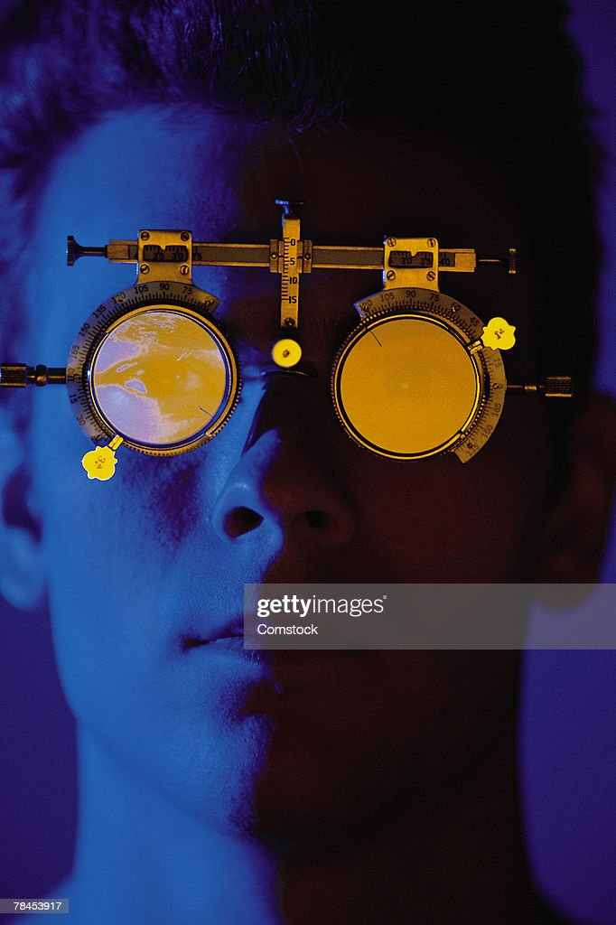 Man with trial lens set in ophthalmologist's office : Stockfoto