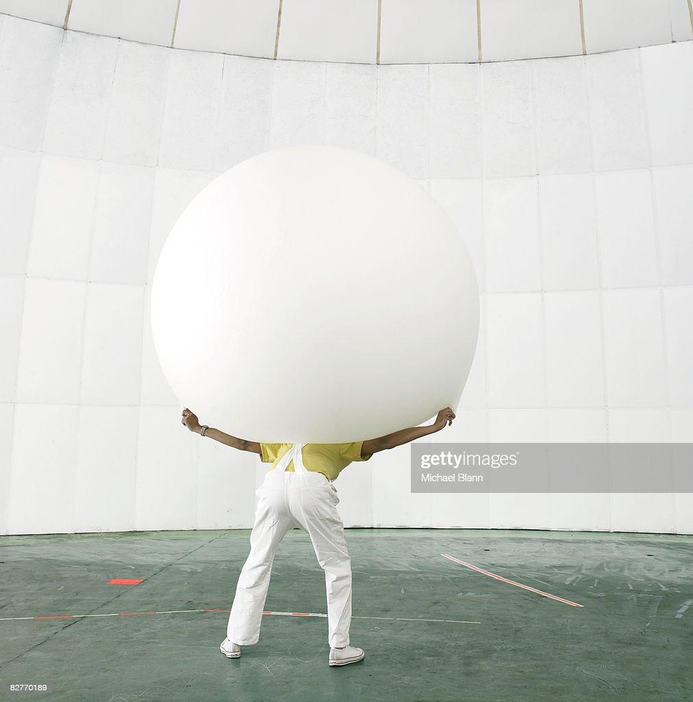 Uomo con peso sulle spalle : Foto stock