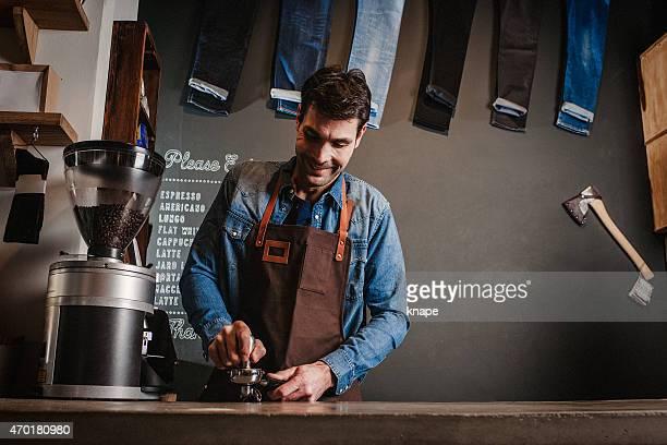 Uomo che lavora come barista in un moderno bar