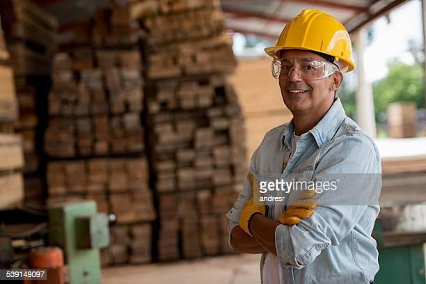 Mann arbeitet im Bereich Schreinerei bewerten?