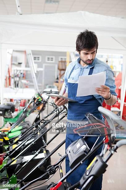 Homme travaillant dans un magasin