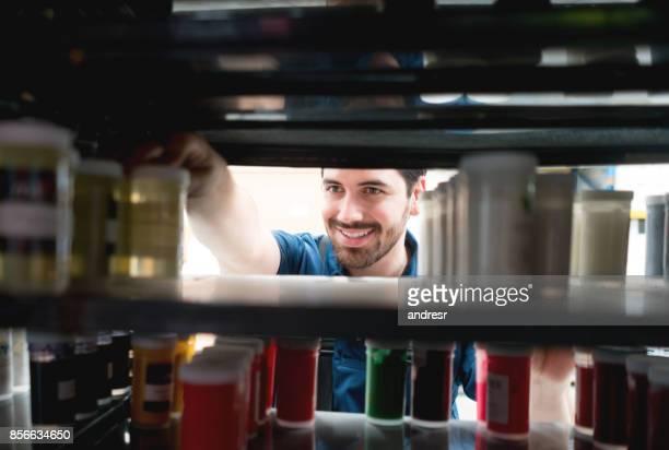 Hombre trabajando en un almacén médico