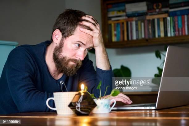 man working at home - tédio imagens e fotografias de stock