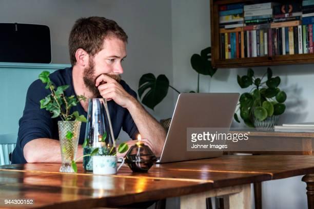 man working at home - hommes d'âge moyen photos et images de collection