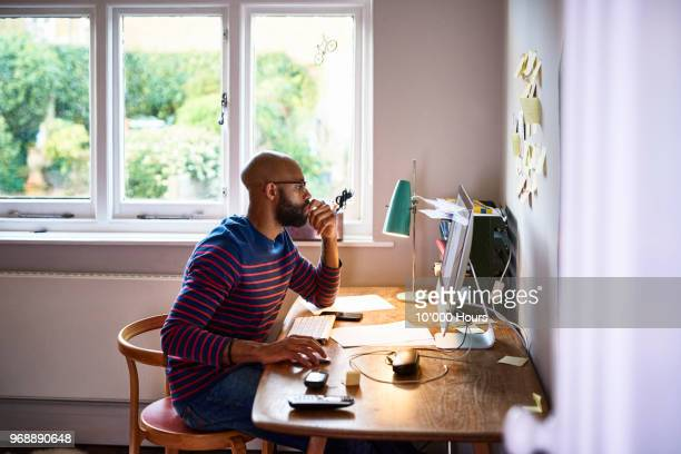 man working at home - studeren stockfoto's en -beelden