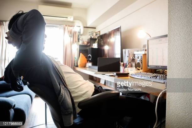 a man working from home leisurely - commodité photos et images de collection