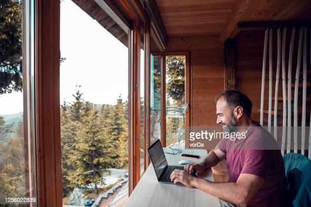 mens die van huis werkt - afgelegen stockfoto's en -beelden