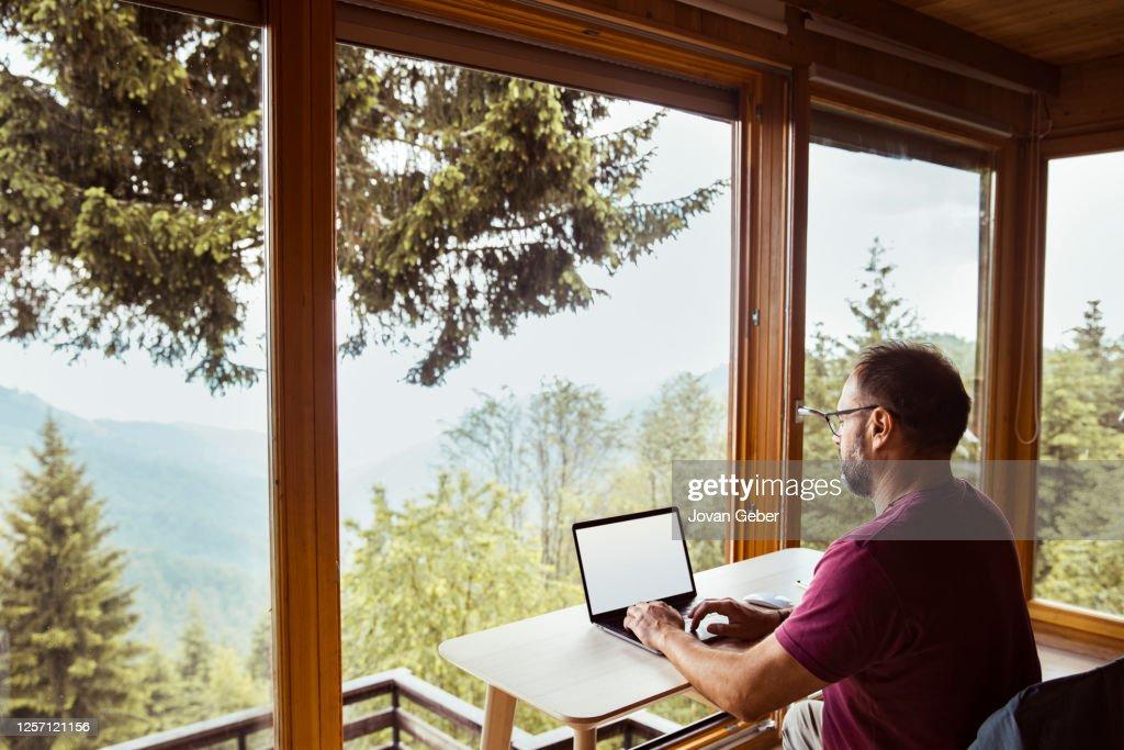Mann arbeitet von zu Hause aus : Stock-Foto