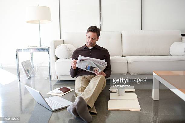 man working from home - mid volwassen mannen stockfoto's en -beelden