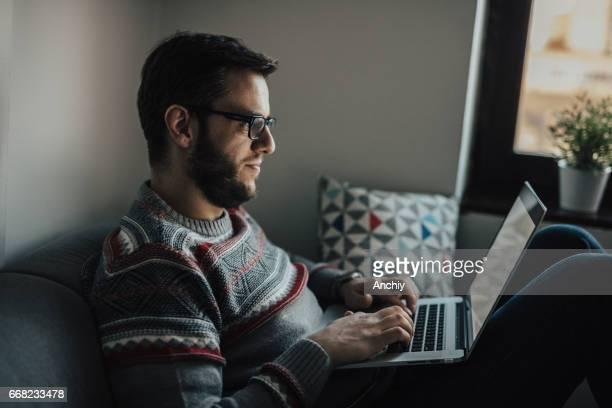 Man aan het werk vanuit huis