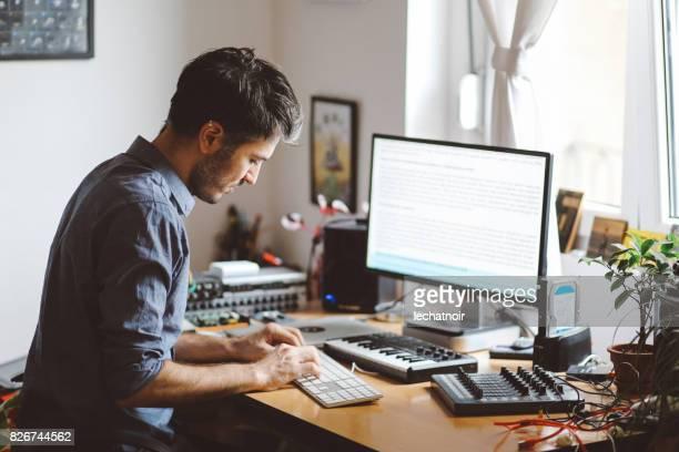 Hombre que trabaja en una casa apartamento workstudio