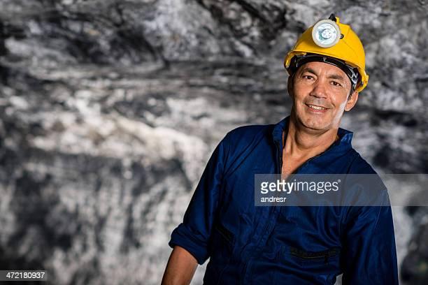 Hombre trabajando en una mina