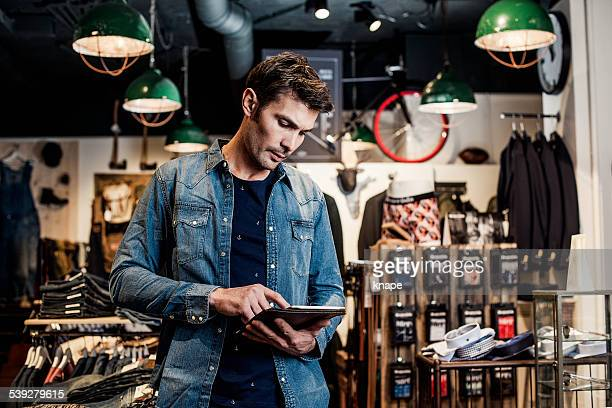 Homme travaillant dans une petite entreprise revendeur dans le magasin de mode