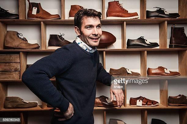 Homme travaillant dans une petite entreprise revendeur au magasin de chaussures
