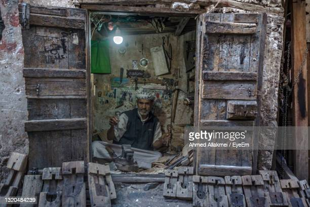 man working in abandoned building - sanaa photos et images de collection
