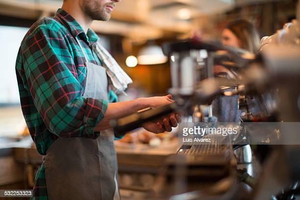man working in coffee shop - koffiehuis stockfoto's en -beelden