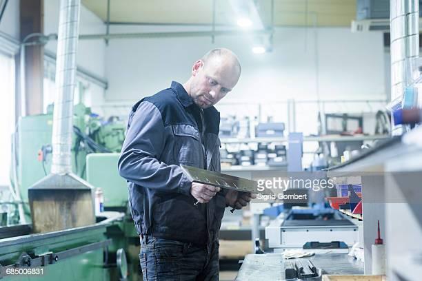 man working in grinding workshop - sigrid gombert 個照片及圖片檔