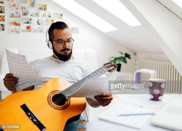 Mann arbeitet auf seinem Aufnahmestudio.