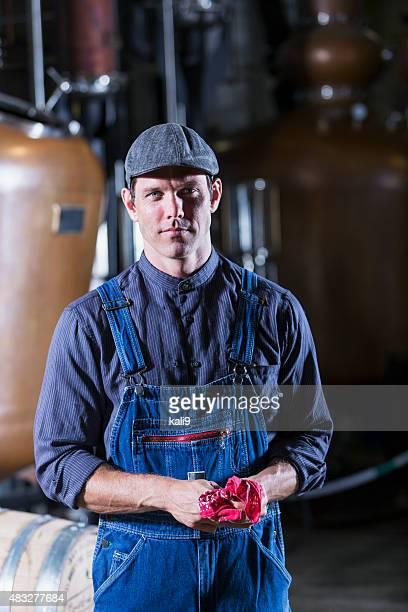 旧の蒸留酒製造所で作業する男性 - 1940~1949年 ストックフォトと画像
