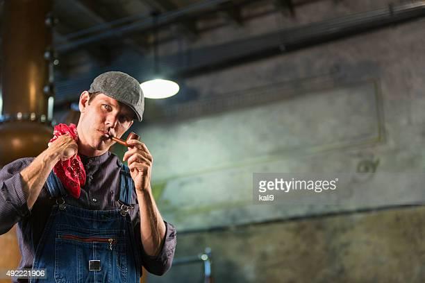 働く男性旧市街の蒸留所喫煙パイプ