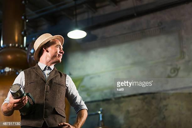 働く男性の古い蒸留酒製造所のコーヒーブレイクを承っております。 - 1940~1949年 ストックフォトと画像