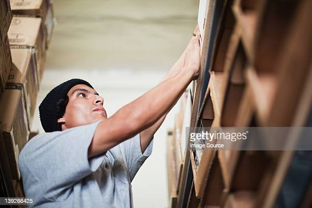 stockroom で作業する男性