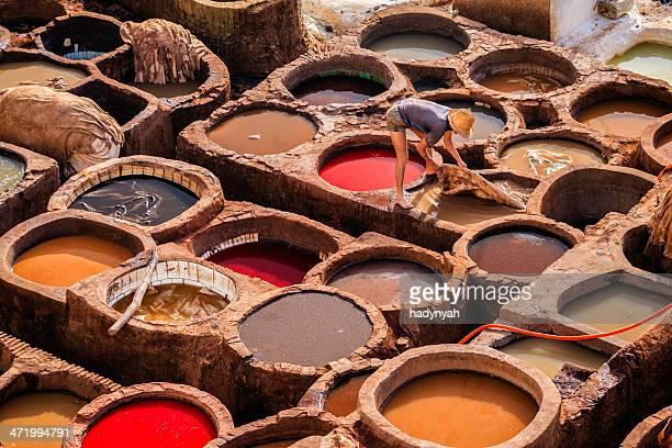 homme travaillant dans une tannerie, maroc, fès - maroc photos et images de collection
