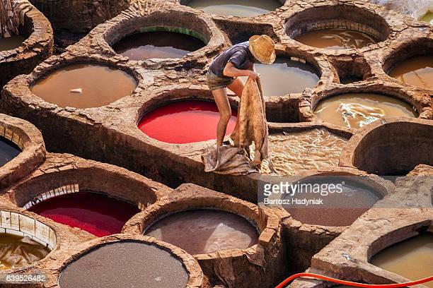 働く男性の皮なめし工場、オデッサ、モロッコ