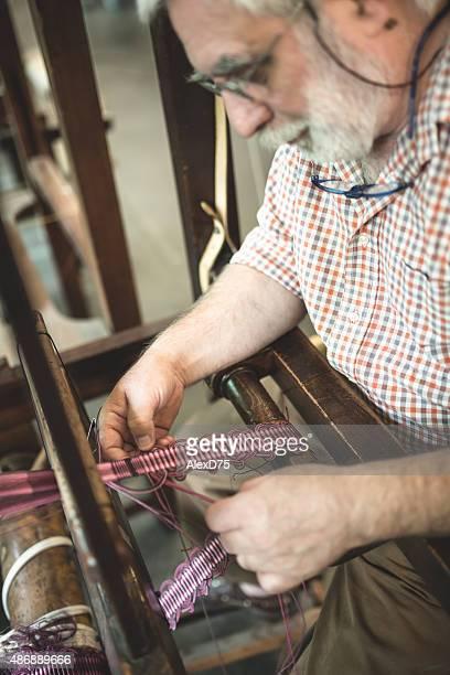 男性 working on a 織機