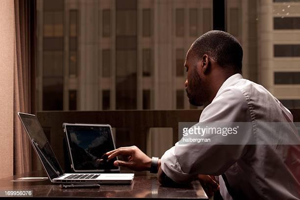 Mann arbeitet auf einem Tablet-PC